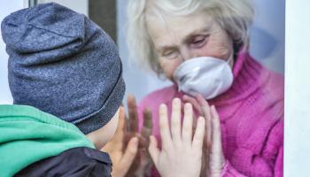 Vyvracíme dezinformace o covid-19: vakcíny a senioři
